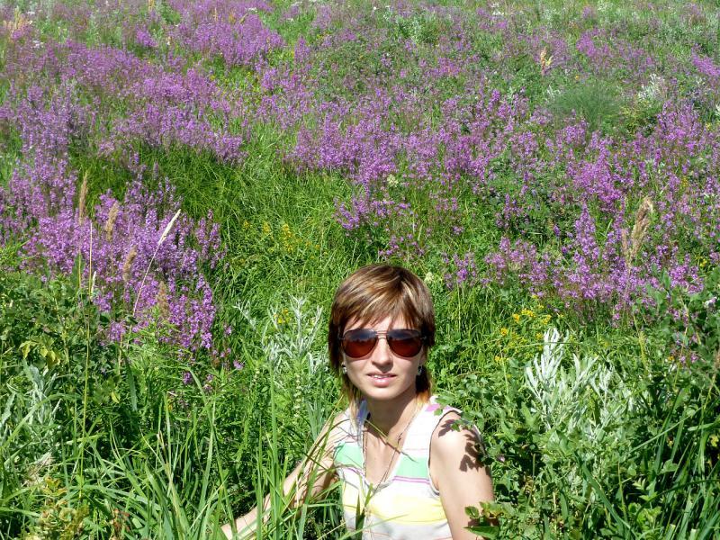 20110723. Жена в кустах, или девочка в цветах - классика жанра.