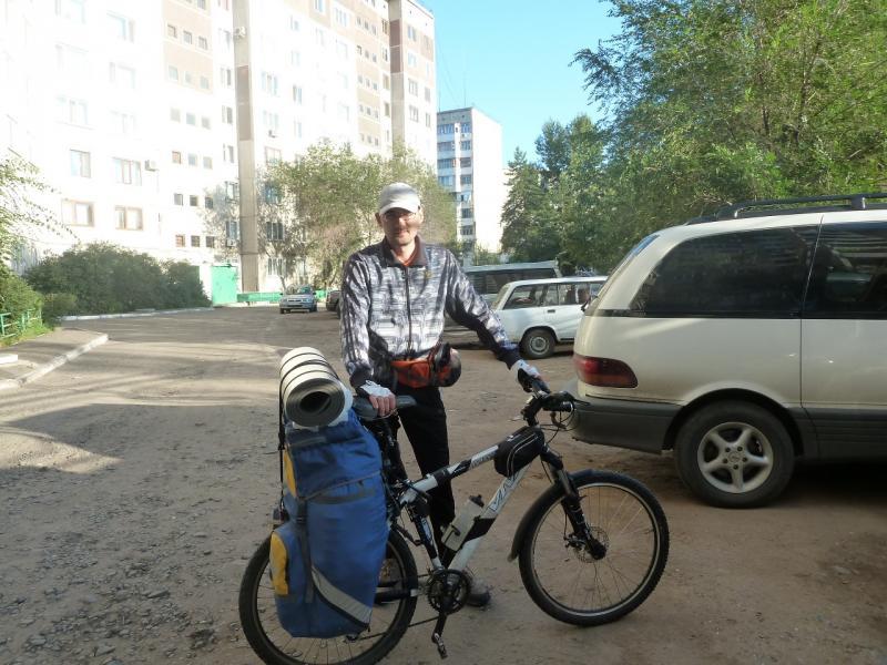 20110806. Павлодар-Астана. Выдвигаюсь от подъезда моего дома.