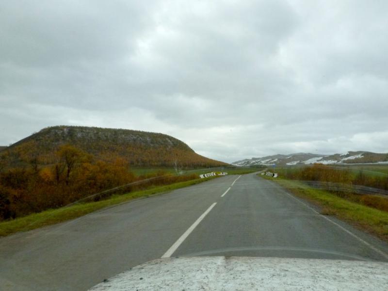 20170926. Коротенький участок пути по асфальтовой дороге, ввиду горы Сульфатской (она же Пичиктиг-Таг), неподалеку от села Копьево.