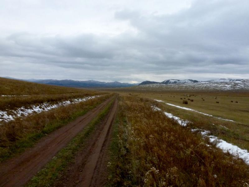 20170926. Грунтовая дорога на склонах холмов над болотистой низиной протоки Чёрная реки Белый Июс.