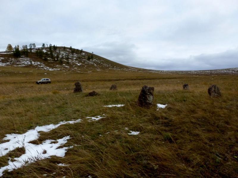 20170926. Группа менгиров на склоне холма над долиной реки Белый Июс.