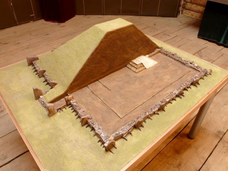 20170928. Макет, демонстрирующий устройство Салбыкского кургана до раскопок в 1954 году.