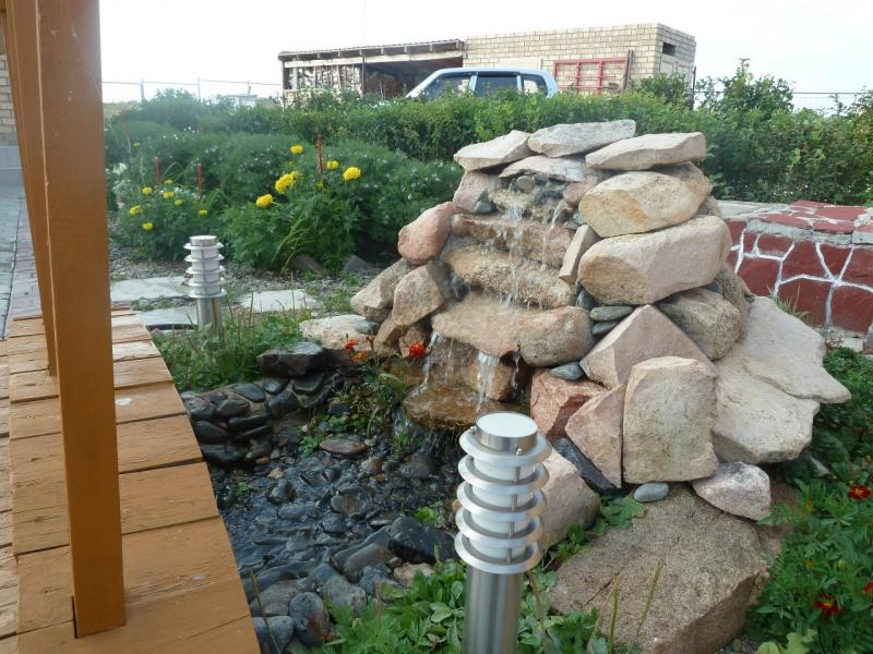 20110820. Боровое. Метеостанция на озере Большое Чебачье. Искуственный водопад для дворовой речки.
