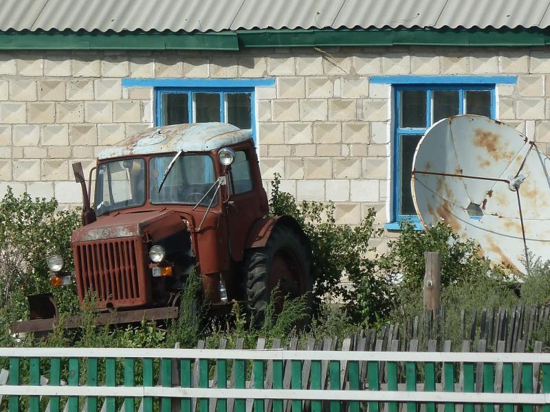 20110822. Боровое-Павлодар. Интересно было бы узнать, чьего производства трактор.