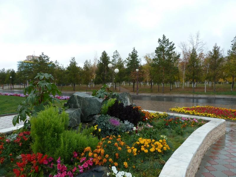 20111009. Павлодар. Парк у площади Конституции. На дорожном разделителе.