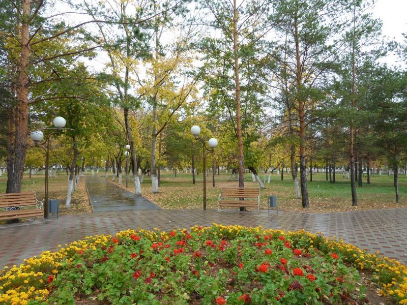 20111009. Павлодар. Парк у площади Конституции. Вид с центральной аллеи, на восток.