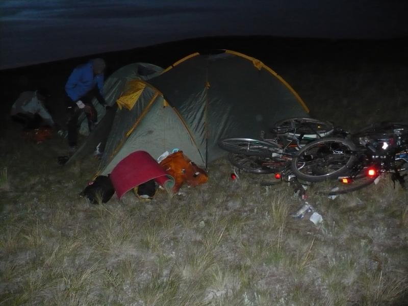20110516. Ночуют велосипеды, связанные между собой тросами и замками.