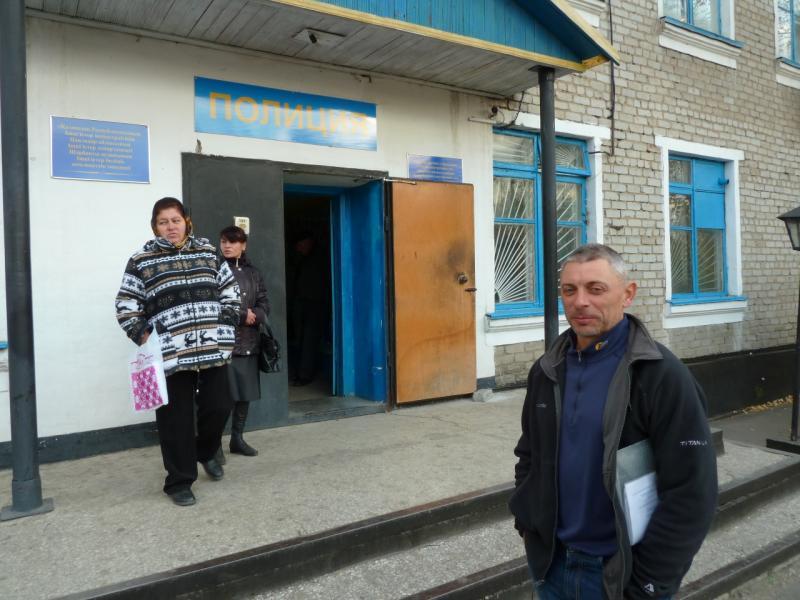 20111017. Остапенко Евгений. Щербакты. Суд. Крыльцо РОВД.