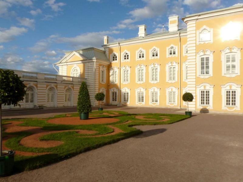 20180604. В одном из двориков Большого дворца в Петергофе.