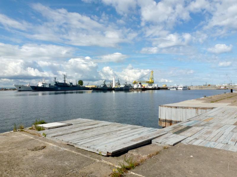 20180609. Кронштадт. Вид на пирс военно-морского флота РФ, в порту на юго-восточном побережье острова Котлин.