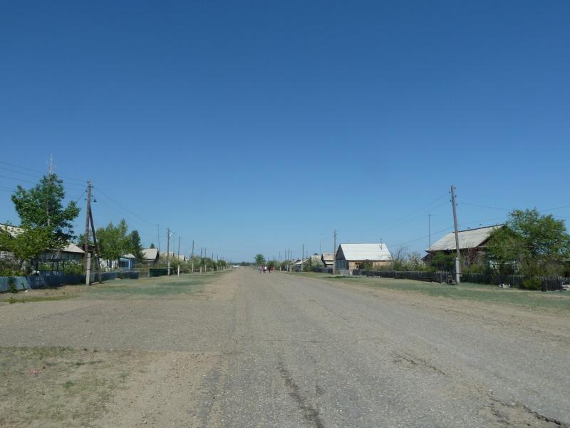 20120512. Из Курчатова к соснам: центральная улица села Мостик.