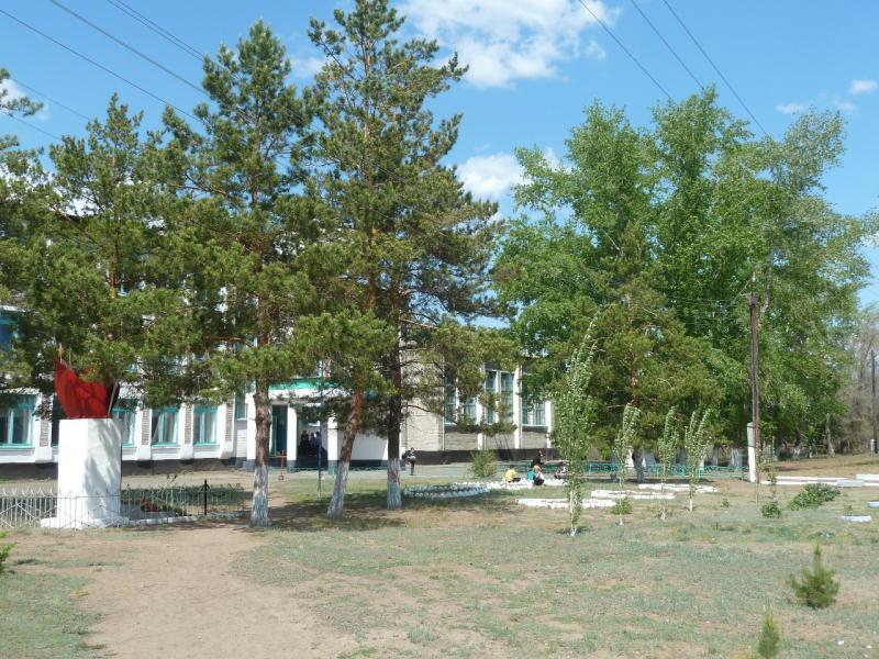 20120515. Шалдайскими борами: школа в селе Майкарагай.