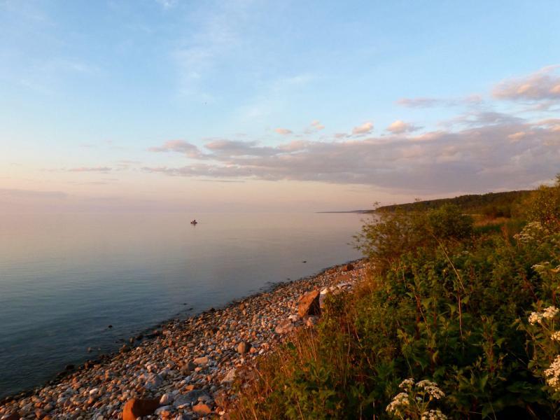 20180623. На узкой полоске юго-восточного байкальского берега, между водой и горным хребтом Хамардабан.