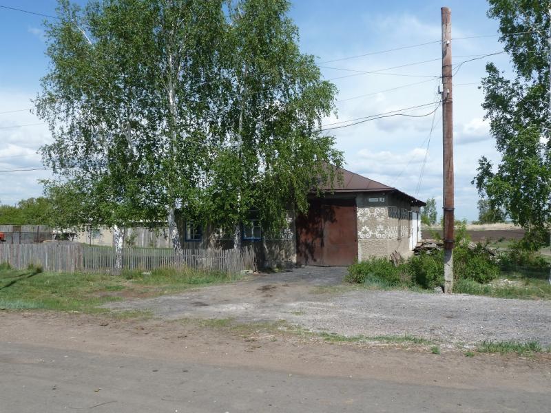 20120518. Успенскими окраинами: необычная для местности компоновка дома - гараж и жилое помещение под одной крышей.
