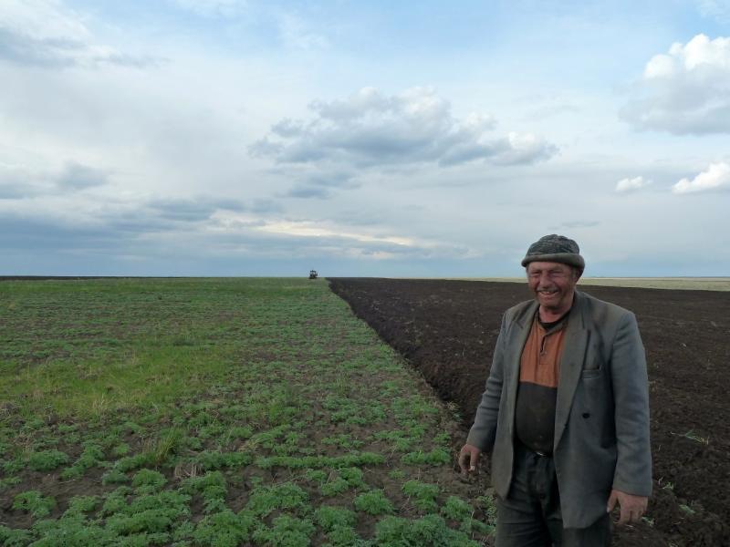 20120518. Успенскими окраинами: тракторист у обрабатываемого им поля, у села Малые Березняки.