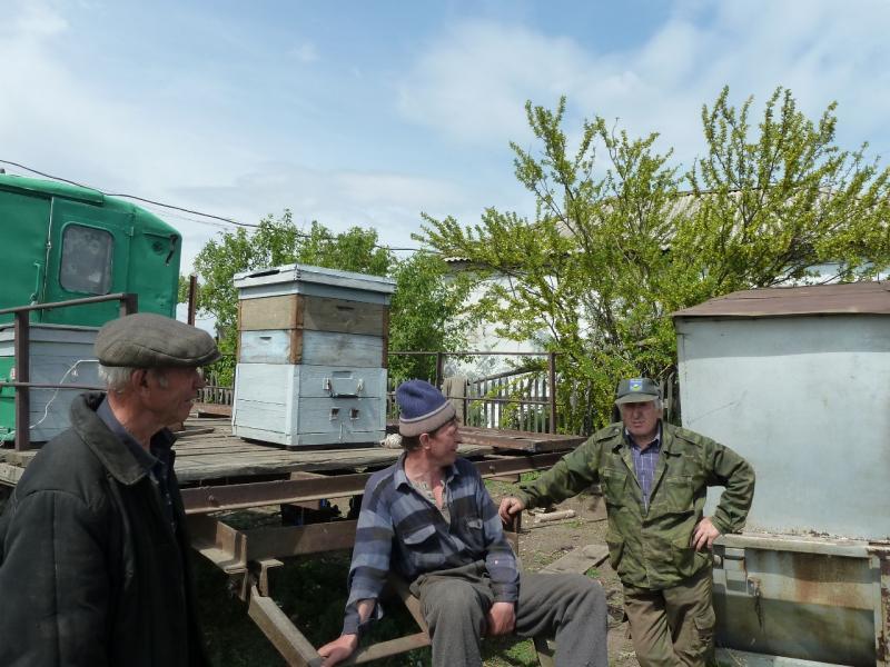 20120520. Огибая урочище Карасук: пчеловоды села Трофимовка.