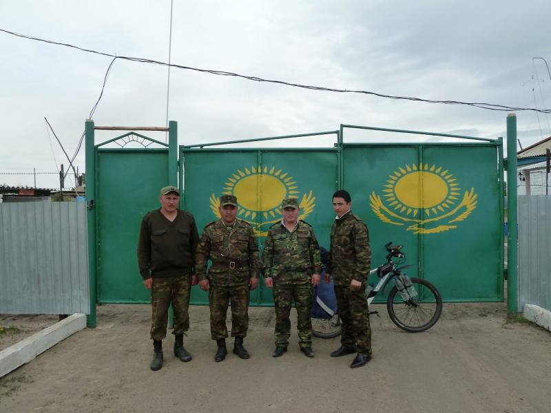 20120520. Границей на северо-запад: у пограничной заставы в селе Покровка.
