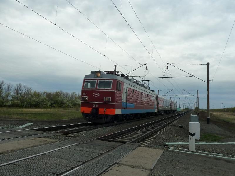 20120520. Границей на северо-запад: на переезде через полотно РЖД, неподалеку от села Красновка в Казахстане.