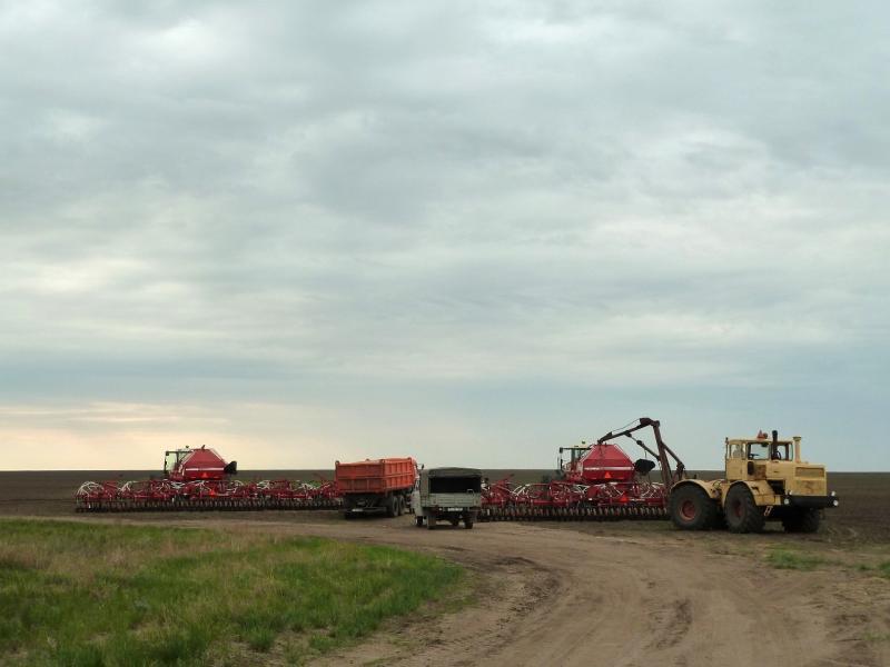 20120520. Границей на северо-запад: сельскохозяйственная техника села Красновка.