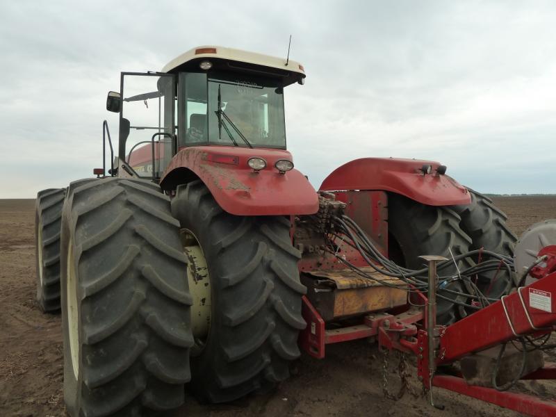 "20120520. Границей на северо-запад: трактор ""Buhler Versatile HHT 435""."