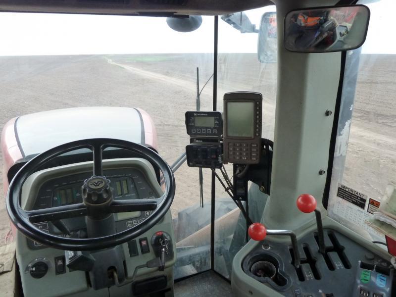 """20120520. Границей на северо-запад: в кабине трактора """"Buhler Versatile HHT 435""""."""