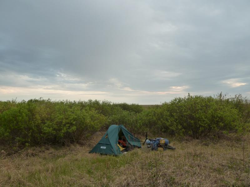 20120520. Границей на северо-запад: место ночной стоянки, между двух солёных озёр.