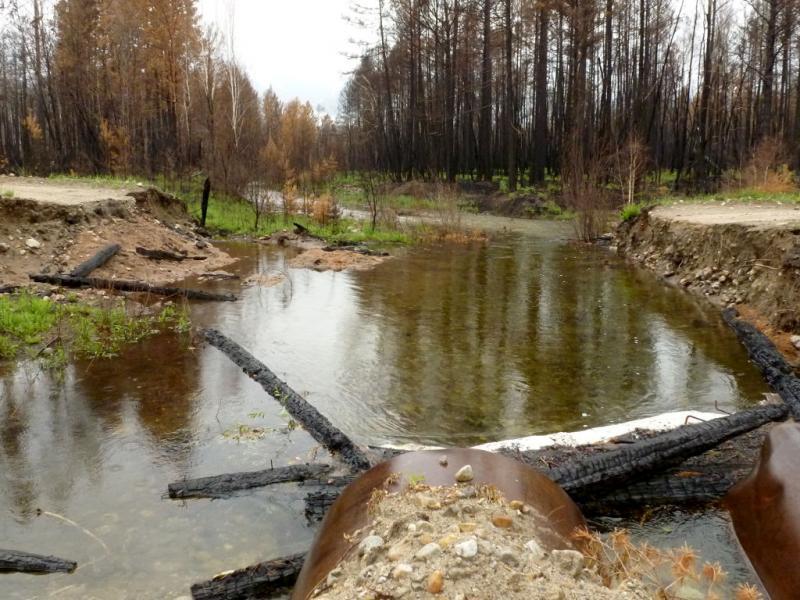 20180625. Часть мостов на дороге от Курумкана к Улунхану сгорела и рядом оборудовали переезд.