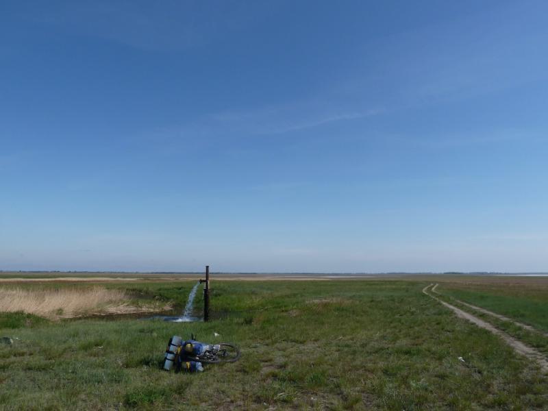 20120521. Пограничными местами: артезианская скважина, заливающая солончаковую низину у села Благодатное.