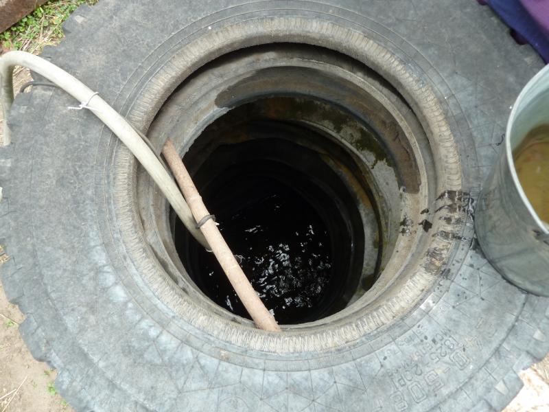 20120521. Пограничными местами: заглядываем в колодец глубиной не более полутора метров.