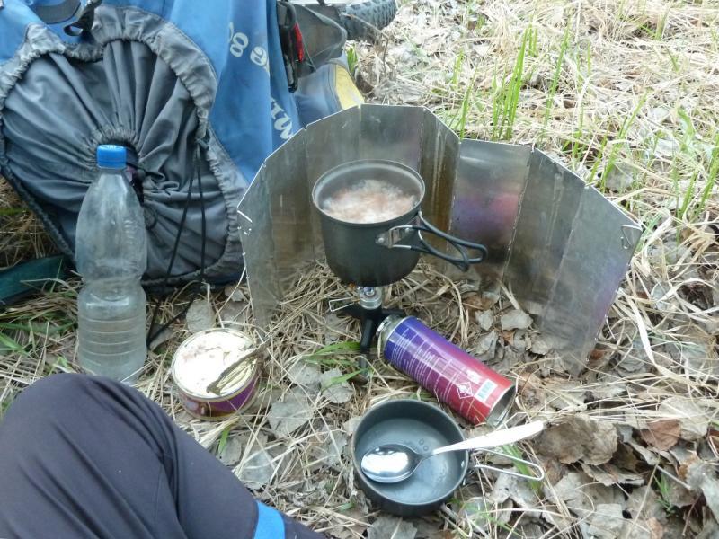 20120521. Пограничными местами: приготовление ужина на стоянке в берёзовой роще.