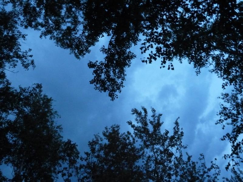 20120522. Сухопутным полуостровом: затягивающие небо тучи, перед грандиозным свето-шумовым представлением.