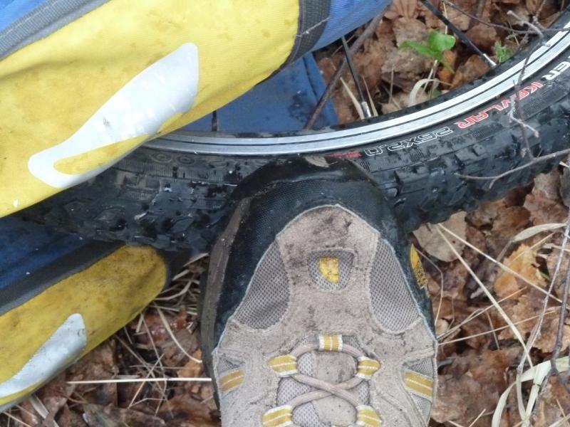 20120523. Железинскими грейдерами: правильная обувь после ходьбы по мокрой траве.