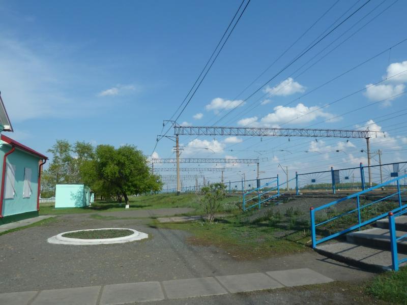 20120523. Вдоль РЖД: в посёлке Валиханово, законсервированное здание вокзала.
