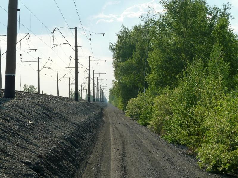 20120523. Вдоль РЖД: служебная дорога вдоль железнодорожных путей.