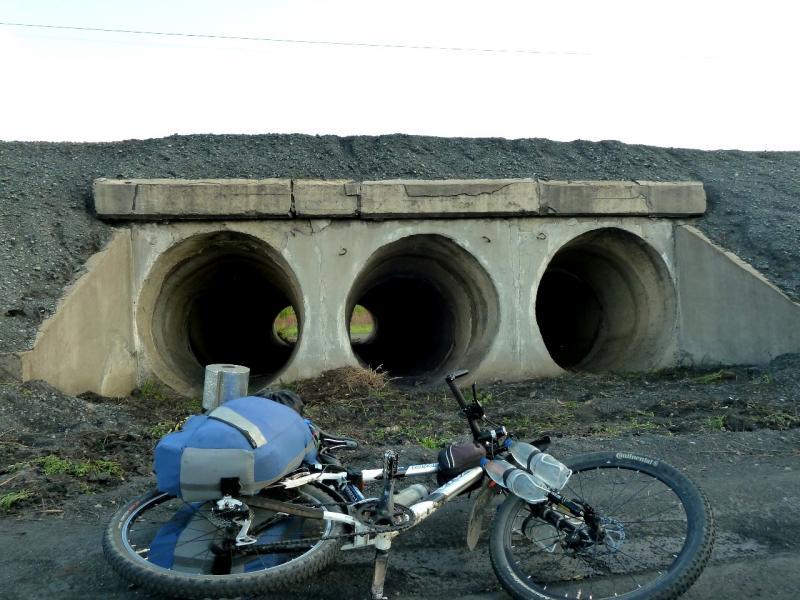 20120523. Вдоль РЖД: водосток под железнодорожным полотном.