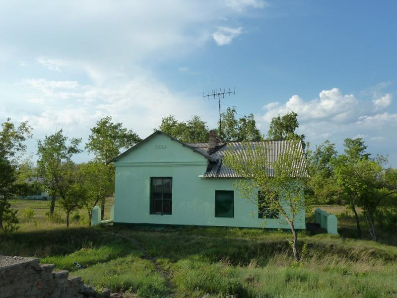 20120523. Вдоль РЖД: законсервированное здание вокзала станции Турсумбай.