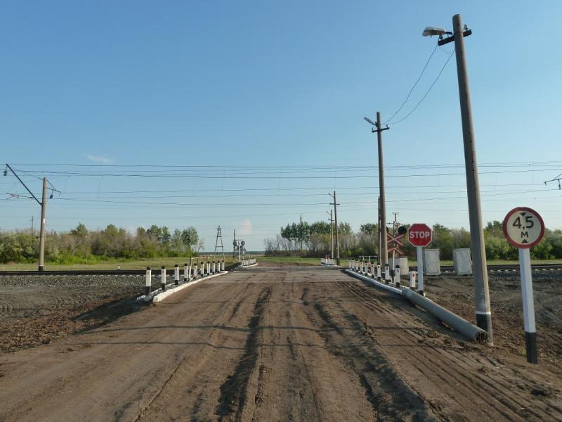 20120523. Вдоль РЖД: переезд через железнодорожное полотно неподалеку от станции Турсумбай.