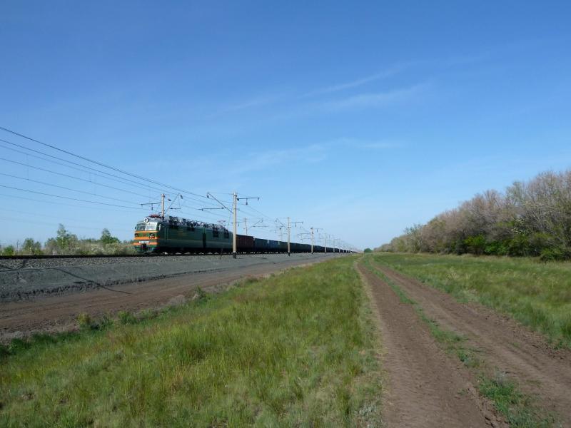 20120524. На запад, к Иртышу: служебная дорога вдоль железнодорожного полотна.