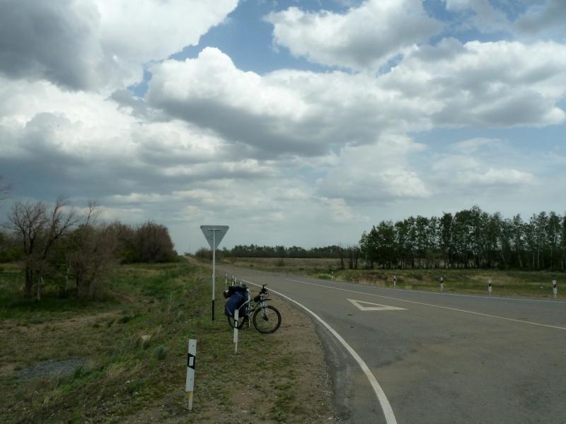 20120524. На запад, к Иртышу: на выезде к трассе Омск-Павлодар.