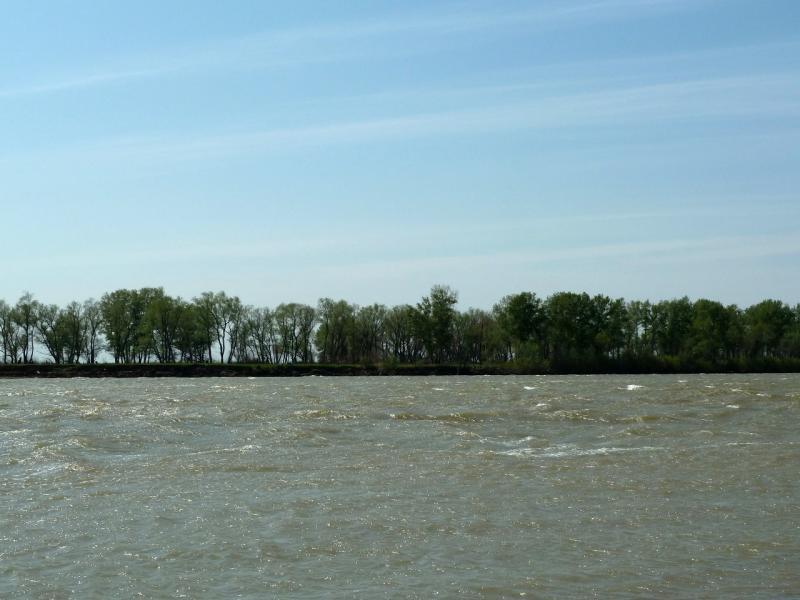 20120524. На юг, вдоль Иртыша: холодные воды Иртыша.
