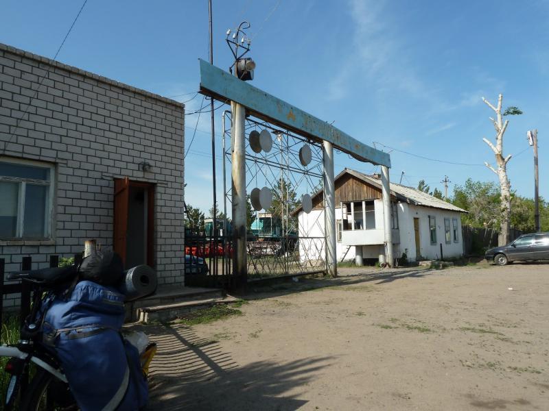 20120524. На юг, вдоль Иртыша: у сельскохозяйственной базы села Башмачное.