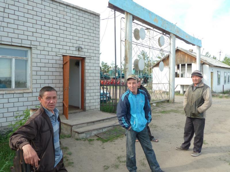 20120524. На юг, вдоль Иртыша: жители села Башмачное.