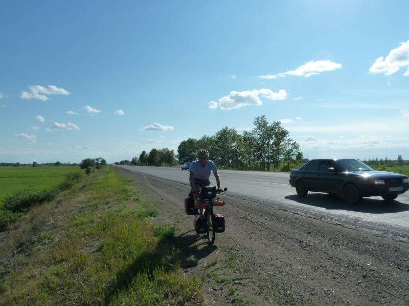 20120613. Stefan Herb. Павлодар. Вело-путешественник на дороге.