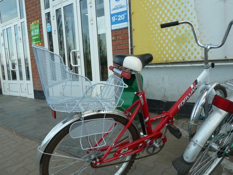 20120614. Кулунда. Детское сиденье на велосипеде у магазина.