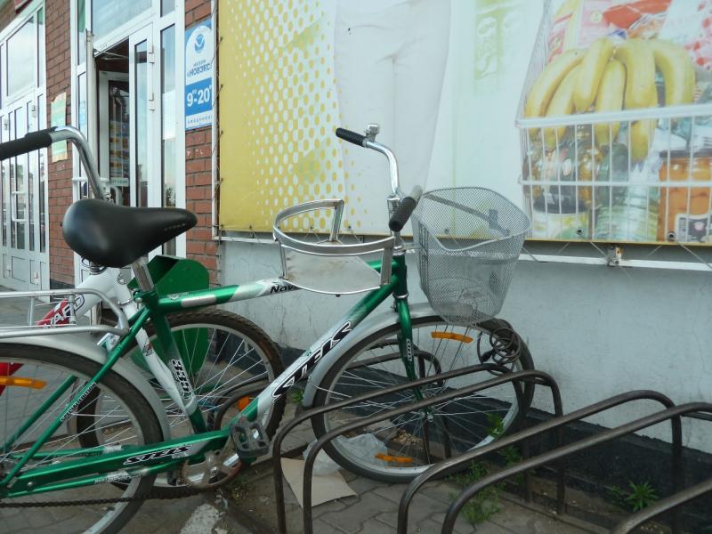 20120614. Кулунда. Велосипедная парковка у магазина.