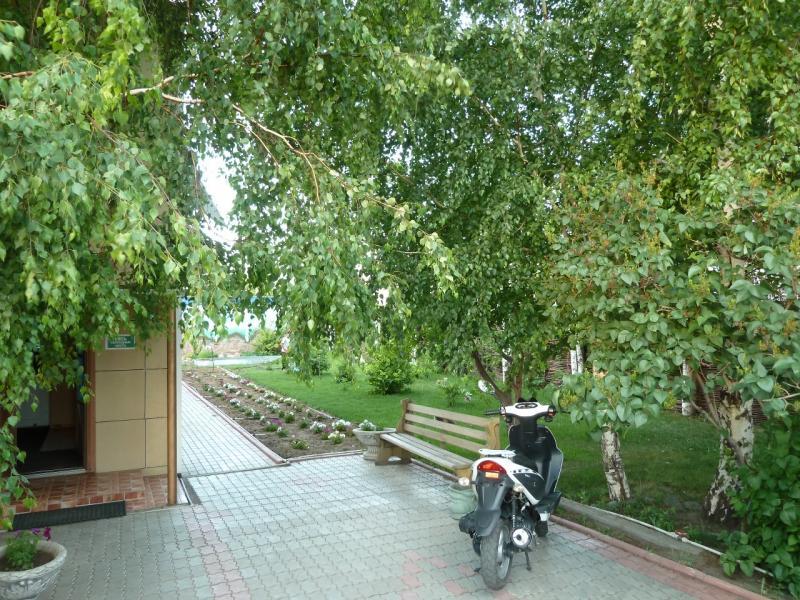 """20120614. Кулунда. Дворик гостиницы """"Алтай""""."""