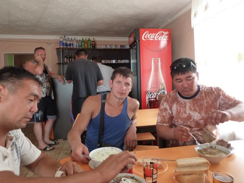 20120628. Павлодар-Астана: водители грузовиков в закусочной у Калкамана.