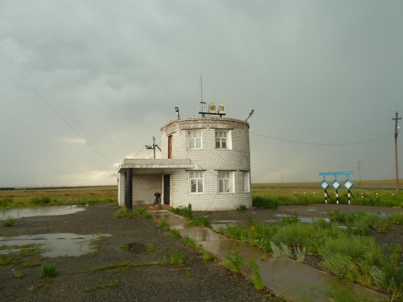20120628. Павлодар-Астана: пережидаю шквал непогоды под навесом.