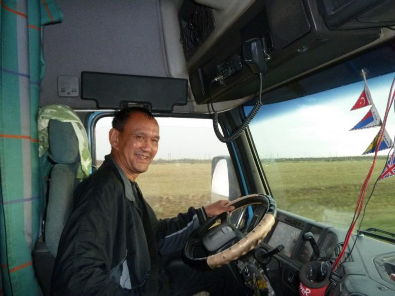 """20120628. Павлодар-Астана: водитель тягача """"Volvo"""", с полуприцепом, доставивший меня в Астану."""