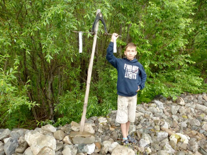 "20180629. Мой сын Артём у знака середины пути горно-таёжной дороги ""Междуреченск - Абакан"", на броде через реку Ортон."